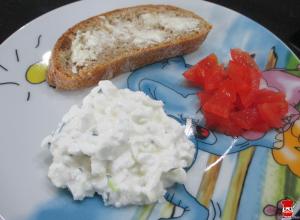Cottage cheese, domáca ciabatta a paradajka