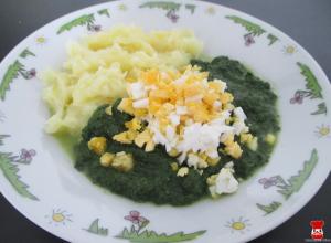 Dusený špenát so zemiakmi a vajíčkom