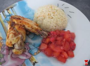Grilované krídelko, ryža a varené ovocie