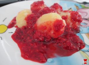 Jablkové guľky s varenými malinami
