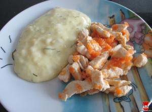 Kuracie kúsky na mrkve a zemiaková kaša s kôprom