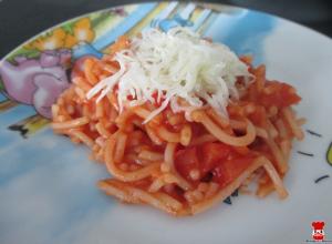 Špagety s paradajkovou omáčkou a syrom