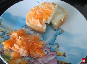Chlieb s maslom a strúhaná zelenina