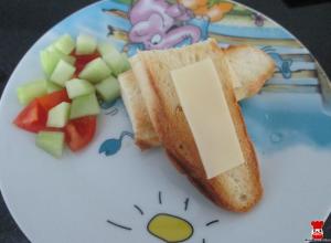 Hrianka so syrom, paradajka a uhorka