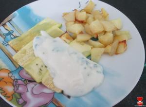 Pečená cuketa so zemiakmi a bylinkovým dressingom