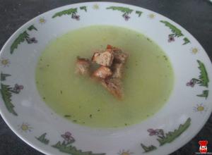 Cibuľová polievka s krutónmi