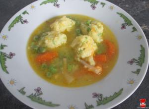 Zeleninová polievka s hráškovými knedličkami