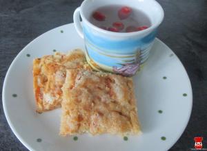 Sypaný jablkový koláč a šípkový čaj