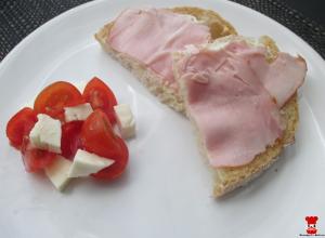 Paradajkovo-mozzarellový šalát a chlieb so šunkou