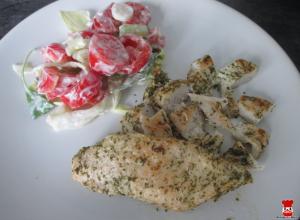 Bylinkové kuracie prsia so zeleninovým šalátom