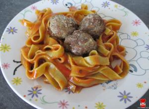 Mäsové guľky a paradajkové rezance